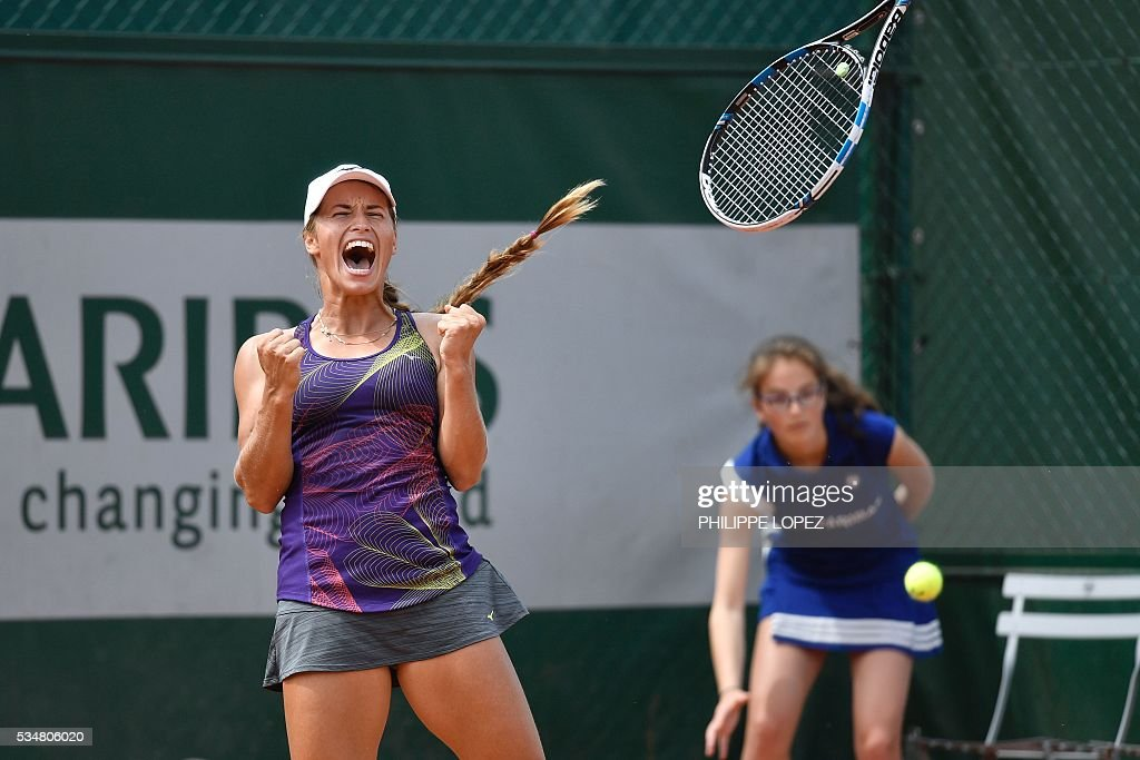 Kazakhstan's Yulia Putintseva celebrates after winning her third round match against Italy's Karin Knapp at the Roland Garros 2016 French Tennis Open in Paris on May 28, 2016. / AFP / PHILIPPE