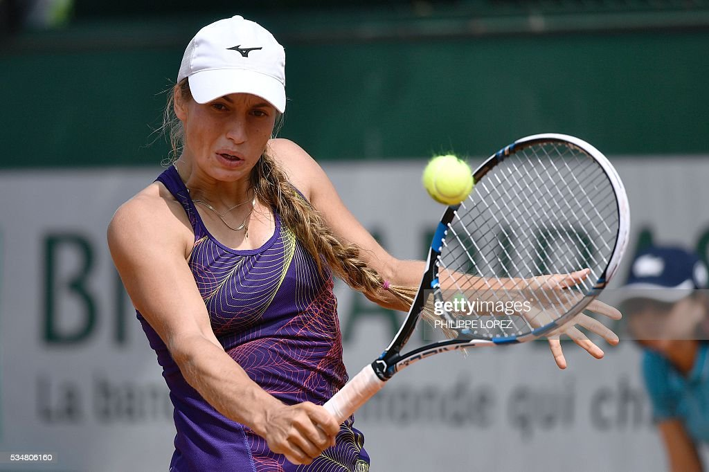 Kazakhstan's Yulia Putintseva returns the ball to Italy's Karin Knapp during their women's third round match at the Roland Garros 2016 French Tennis Open in Paris on May 28, 2016. / AFP / PHILIPPE