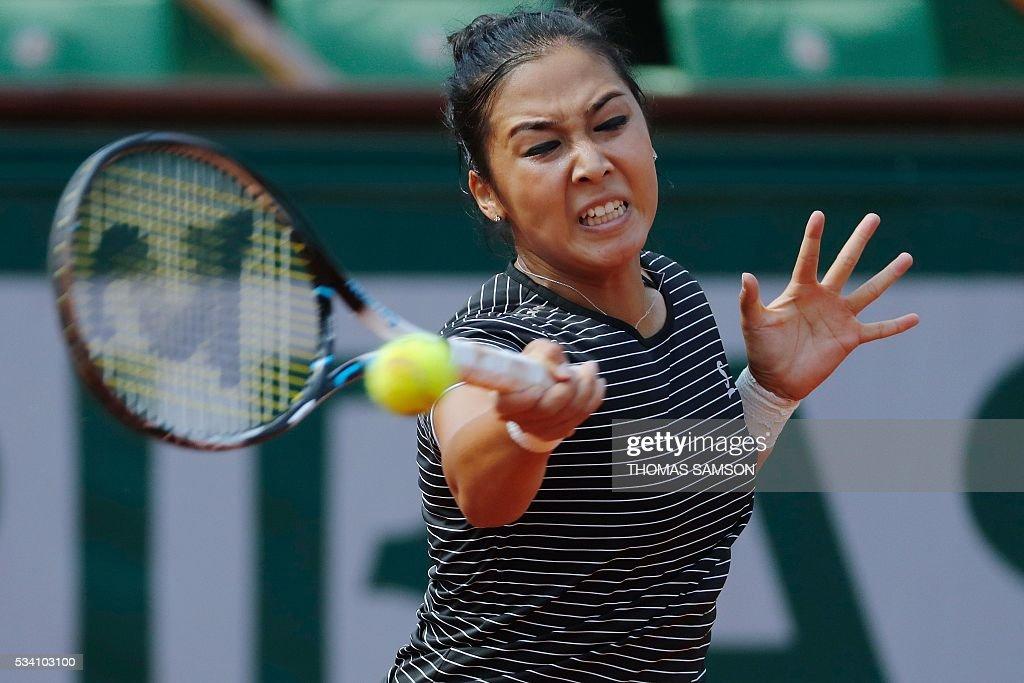 Kazakhstan's Zarina Diyas returns the ball to Romania's Simona Halep during their women's second round match at the Roland Garros 2016 French Tennis Open in Paris on May 25, 2016. / AFP / Thomas SAMSON