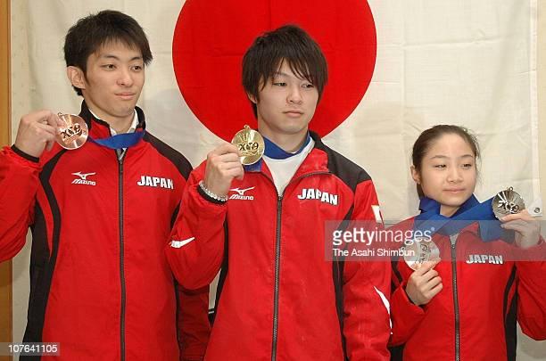 Kazuhito Tanaka Kohei Uchimura and Koko Tsurumi pose for photographs with their medals at a press conference at Narita International Airport on...