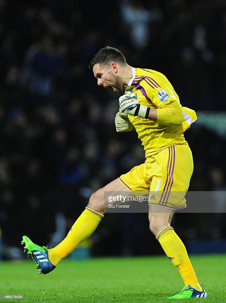 WBA keeper <a gi-track='captionPersonalityLinkClicked' href=/galleries/search?phrase=Ben+Foster+-+Jugador+de+f%C3%BAtbol&family=editorial&specificpeople=5333104 ng-click='$event.stopPropagation()'>Ben Foster</a> celebrates the opening goal during the Barclays Premier League match between West Bromwich Albion and Aston Villa at The Hawthorns on December 13, 2014 in West Bromwich, England.