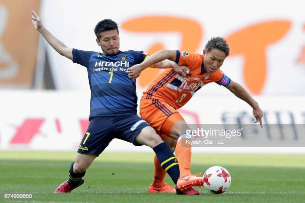 Kei Koizumi of Albirex Niigata and Hidekazu Otani of Kashiwa Reysol compete for the ball during the JLeague J1 match between Albirex Niigata and...