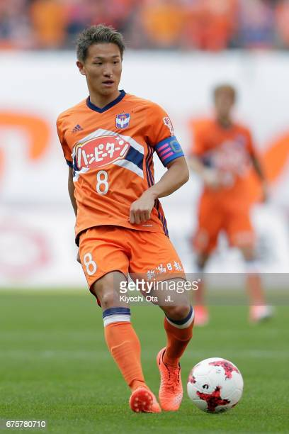 Kei Koizumi of Albirex Niigata in action during the JLeague J1 match between Albirex Niigata and Kashiwa Reysol at Denka Big Swan Stadium on April 30...