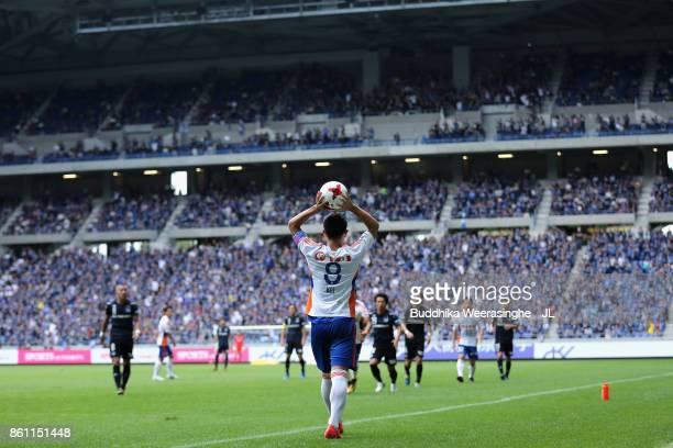 Kei Koizumi of Albirex Niigata throws in during the JLeague J1 match between Gamba Osaka and Albirex Niigata at Suita City Football Stadium on...