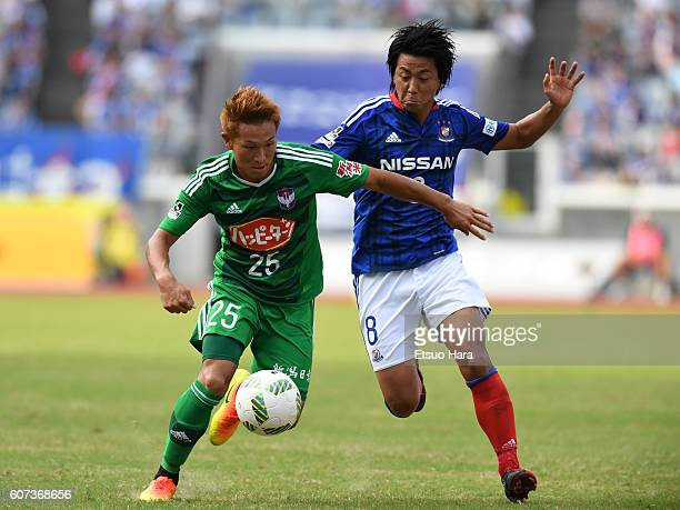 Kei Koizumi of Albirex Niigata#25 and Kosuke Nakamachi of Yokohama FMarinos#8 compete for the ball during the JLeague match between Yokohama FMarinos...
