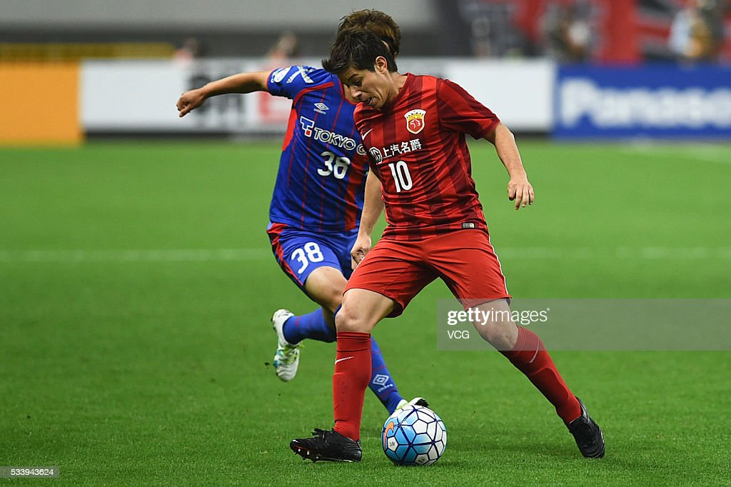 <a gi-track='captionPersonalityLinkClicked' href=/galleries/search?phrase=Keigo+Higashi&family=editorial&specificpeople=7323461 ng-click='$event.stopPropagation()'>Keigo Higashi</a> #38 of FC Tokyo and DarioConca #10 of Shanghai SIPG compete for the ball during the 1/8 match of AFC Asia Champions League between Shanghai SIPG and FC Tokyo at Shanghai Stadium on May 24, 2016 in Shanghai, China.