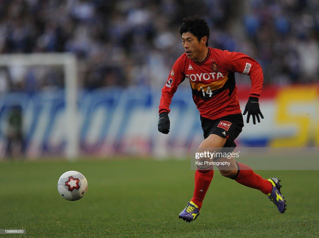 Keiji Yoshimura of Nagoya Grampus runs with the ball during the 92nd Emperor's Cup Quarter Final match between Nagoya Grampus and Yokohama F.Marinos at Mizuho Stadium on December 23, 2012 in Nagoya, Japan.