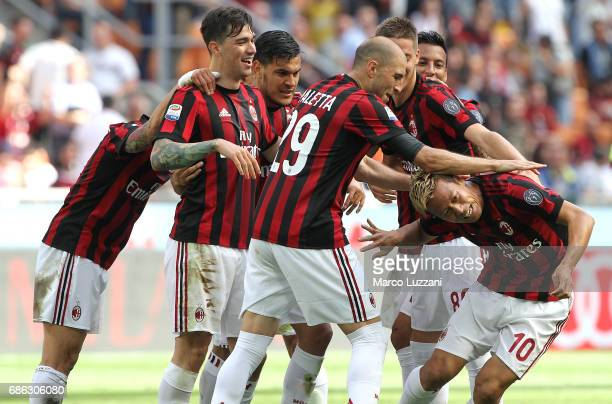 Keisuke Honda of AC Milan celebrates his goal with his teammates during the Serie A match between AC Milan and Bologna FC at Stadio Giuseppe Meazza...