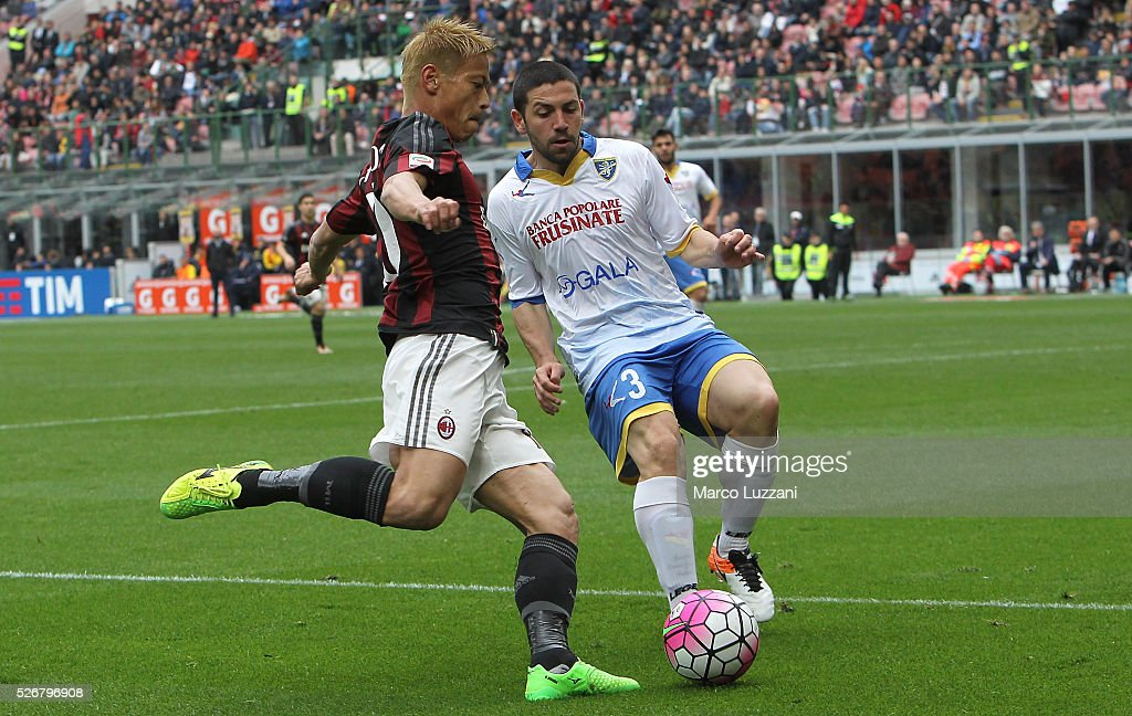 <a gi-track='captionPersonalityLinkClicked' href=/galleries/search?phrase=Keisuke+Honda&family=editorial&specificpeople=2333022 ng-click='$event.stopPropagation()'>Keisuke Honda</a> of AC Milan competes for the ball with Roberto Crivello of Frosinone Calcio during the Serie A match between AC Milan and Frosinone Calcio at Stadio Giuseppe Meazza on May 1, 2016 in Milan, Italy.