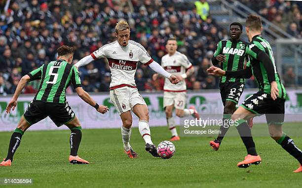 Keisuke Honda of AC Milan in action during the Serie A match between US Sassuolo Calcio and AC Milan at Mapei Stadium Città del Tricolore on March 6...