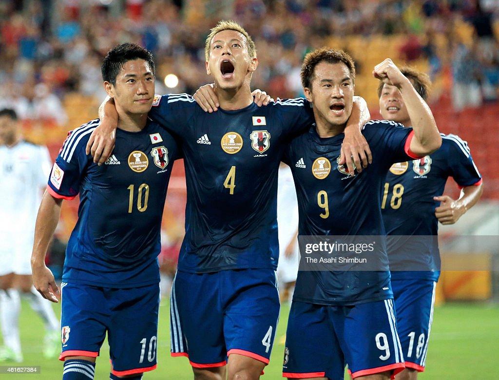 Keisuke Honda of Japan celebrates scoring his team's first goal with his team mates Shinji Kagawa Shinji Okazaki and Takashi Inui during the 2015...