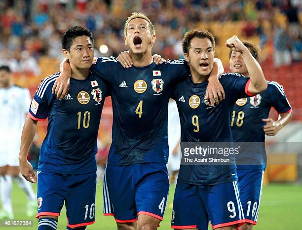 Keisuke Honda of Japan celebrates scoring his team's first goal with his team mates Shinji Kagawa Shinji Okazaki and Takashi Inui during the 2015...