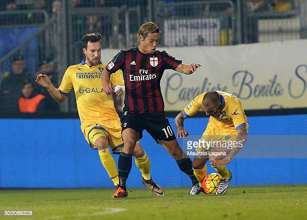 Keisuke Honda of Milan competes for the ball with Danilo Soddimo of Frosinone during the Serie A match between Frosinone Calcio and AC Milan at...