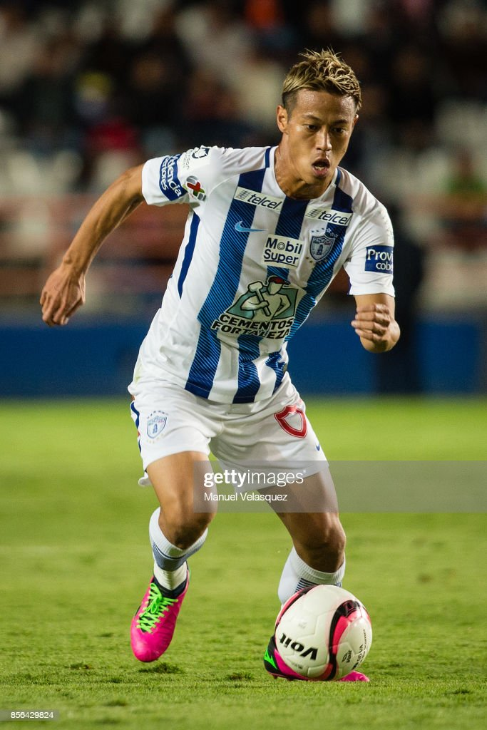 Keisuke Honda of Pachuca drives the ball during the 12th round match between Pachuca and Necaxa as part of the Torneo Apertura 2017 Liga MX at Hidalgo Stadium on September 30, 2017 in Pachuca, Mexico.