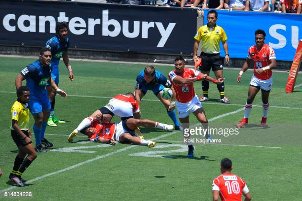 Keisuke Uchida of Sunwolves passes the ball during the Super Rugby match between the Sunwolves and the Blues at Prince Chichibu Stadium on July 15...
