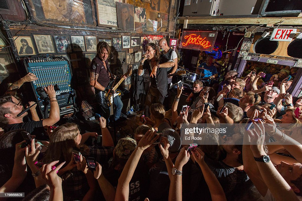 Keith Urban and Steven Tyler perform at Tootsie's Orchid Lounge on September 6, 2013 in Nashville, Tennessee.