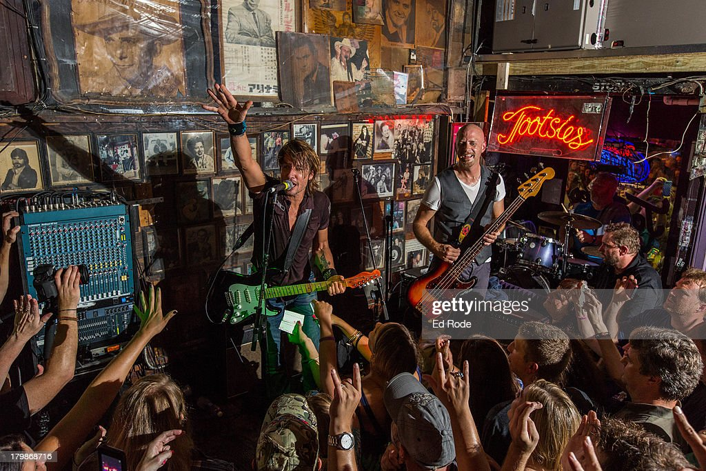 <a gi-track='captionPersonalityLinkClicked' href=/galleries/search?phrase=Keith+Urban&family=editorial&specificpeople=202997 ng-click='$event.stopPropagation()'>Keith Urban</a> performs at Tootsie's Orchid Lounge on September 6, 2013 in Nashville, Tennessee.