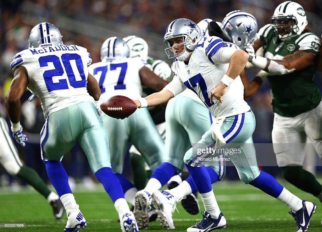 31a00522b09 ... Kellen Moore 17 of the Dallas Cowboys hands off to Darren McFadden 20  against ...