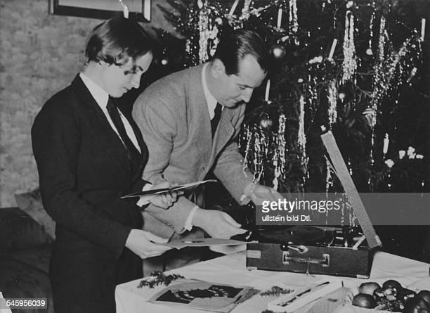 Keller Erwin *1971Sportler Hockeyspieler Dmit seiner Ehefrau Helga Weihnachten 1936