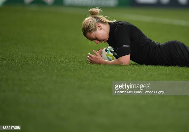 Kelly Brazier of New Zealand scores a try during the Womens Rugby World Cup semifinal between New Zealand and USA at the Kingspan Stadium on August...