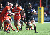 Kelly Brown of Saracens breaks with the ball during the Aviva Premiership match between Saracens and Leicester Tigers at Allianz Park on April 11...