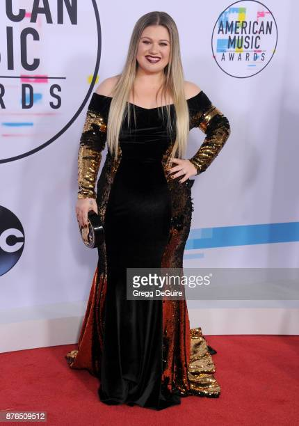 Kelly Clarkson arrives at the 2017 American Music Awards at Microsoft Theater on November 19 2017 in Los Angeles California