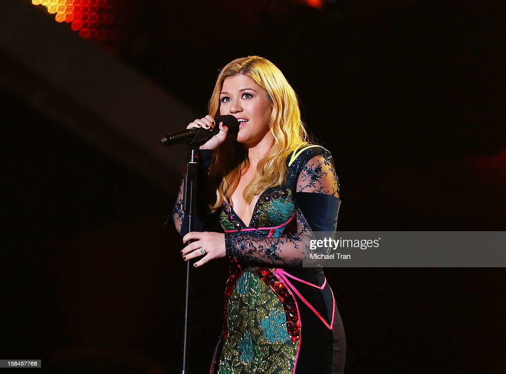 Kelly Clarkson performs onstage at the 'VH1 Divas' show held at The Shrine Auditorium on December 16, 2012 in Los Angeles, California.