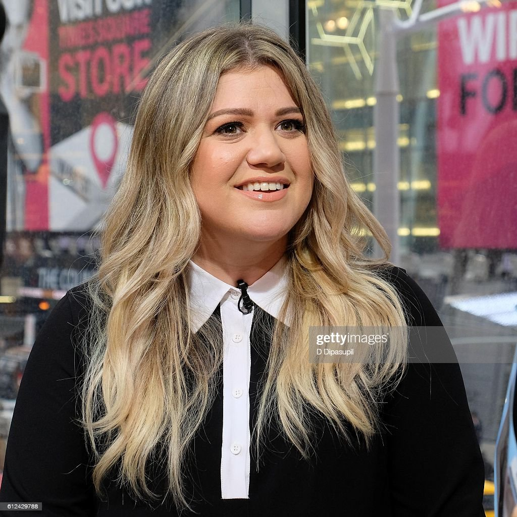 kelly clarkson visits extra at their new york studios at hm in times square