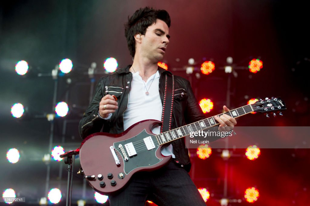 <a gi-track='captionPersonalityLinkClicked' href=/galleries/search?phrase=Kelly+Jones+-+Musicien&family=editorial&specificpeople=206973 ng-click='$event.stopPropagation()'>Kelly Jones</a> of The Stereophonics performs on day 2 of the V Festival at Hylands Park on August 18, 2013 in Chelmsford, England.