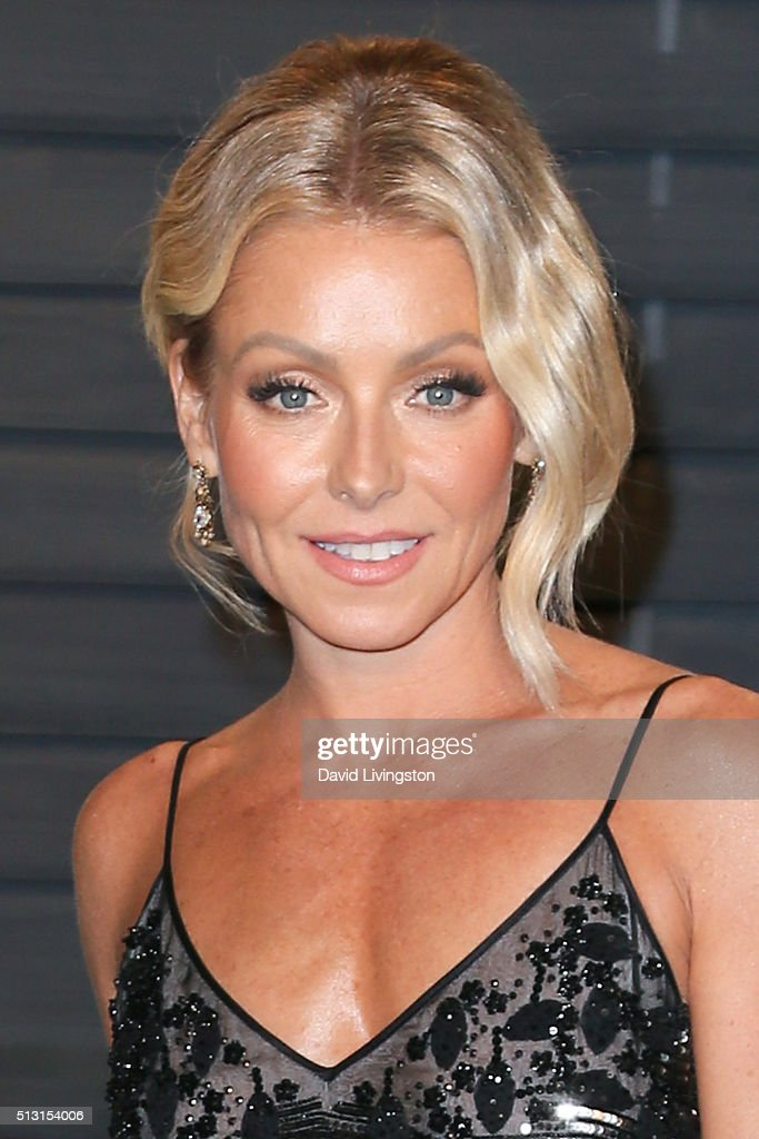<a gi-track='captionPersonalityLinkClicked' href=/galleries/search?phrase=Kelly+Ripa&family=editorial&specificpeople=202134 ng-click='$event.stopPropagation()'>Kelly Ripa</a> arrives at the 2016 Vanity Fair Oscar Party Hosted by Graydon Carter at the Wallis Annenberg Center for the Performing Arts on February 28, 2016 in Beverly Hills, California.