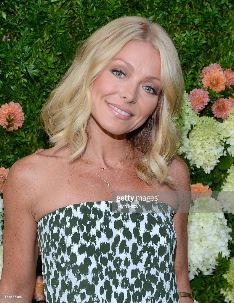 <a gi-track='captionPersonalityLinkClicked' href=/galleries/search?phrase=Kelly+Ripa&family=editorial&specificpeople=202134 ng-click='$event.stopPropagation()'>Kelly Ripa</a> attends the Baby Buggy Summer Dinner hosted by Jessica and Jerry Seinfeld and rag & bone on July 27, 2013 in East Hampton, New York.