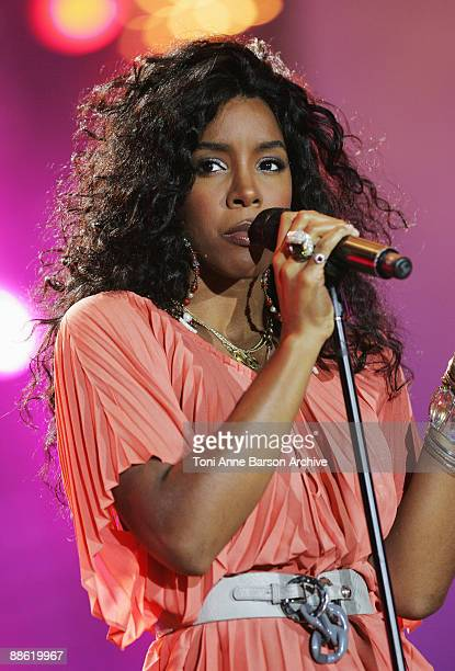 Kelly Rowland performs at the France 2 Live Show ' Fete de la Musique' in the Bagatelle Gardens on June 21 in Paris France