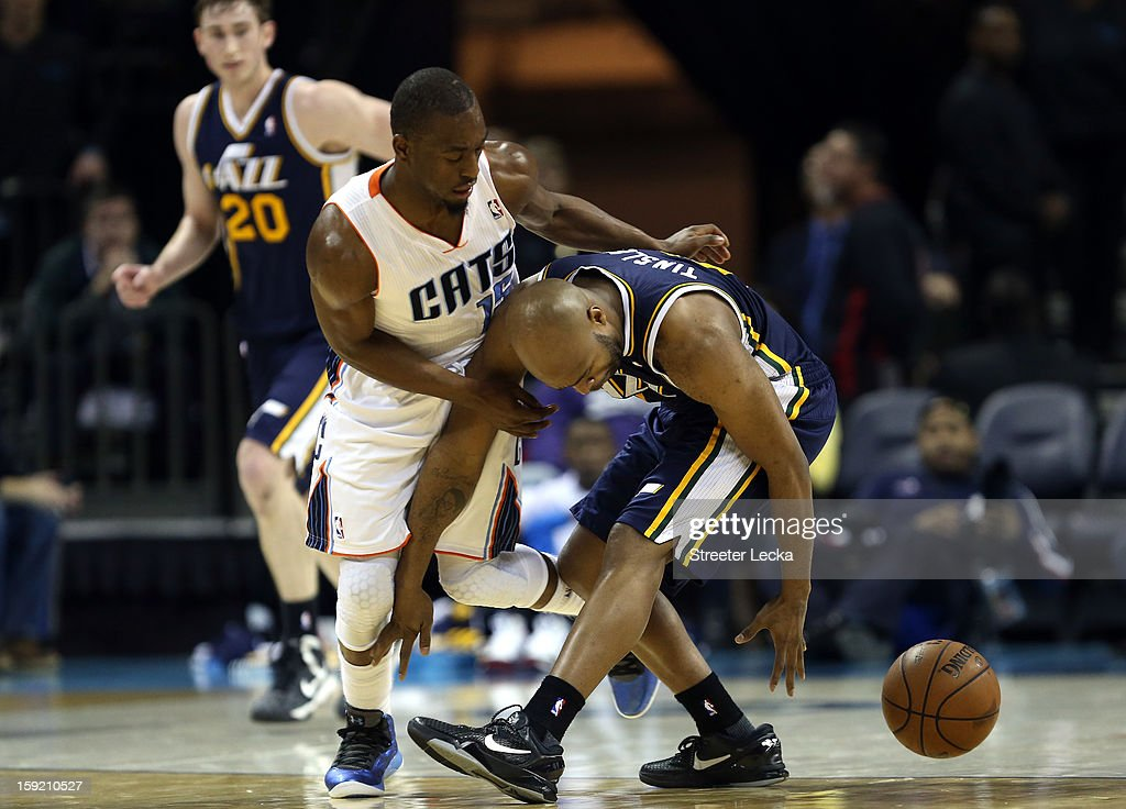 Kemba Walker #15 of the Charlotte Bobcats goes after a loose ball with Jamaal Tinsley #6 of the Los Angeles Lakers during their game at Time Warner Cable Arena on January 9, 2013 in Charlotte, North Carolina.