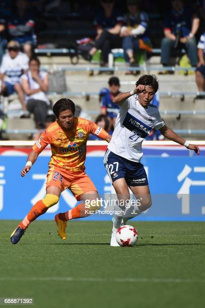 Ken Matsubara of Yokohama FMarinos controls the ball under pressure of Koya Kitagawa of Shimizu SPulse during the JLeague J1 match between Shimizu...