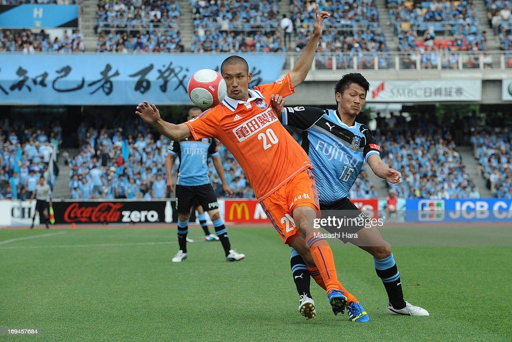 Kengo Kawamata #20 of Albirex Nigata in action during the J.League match between Kawasaki Frontale and Albirex Niigata at Todoroki Stadium on May 25, 2013 in Kawasaki, Kanagawa, Japan.