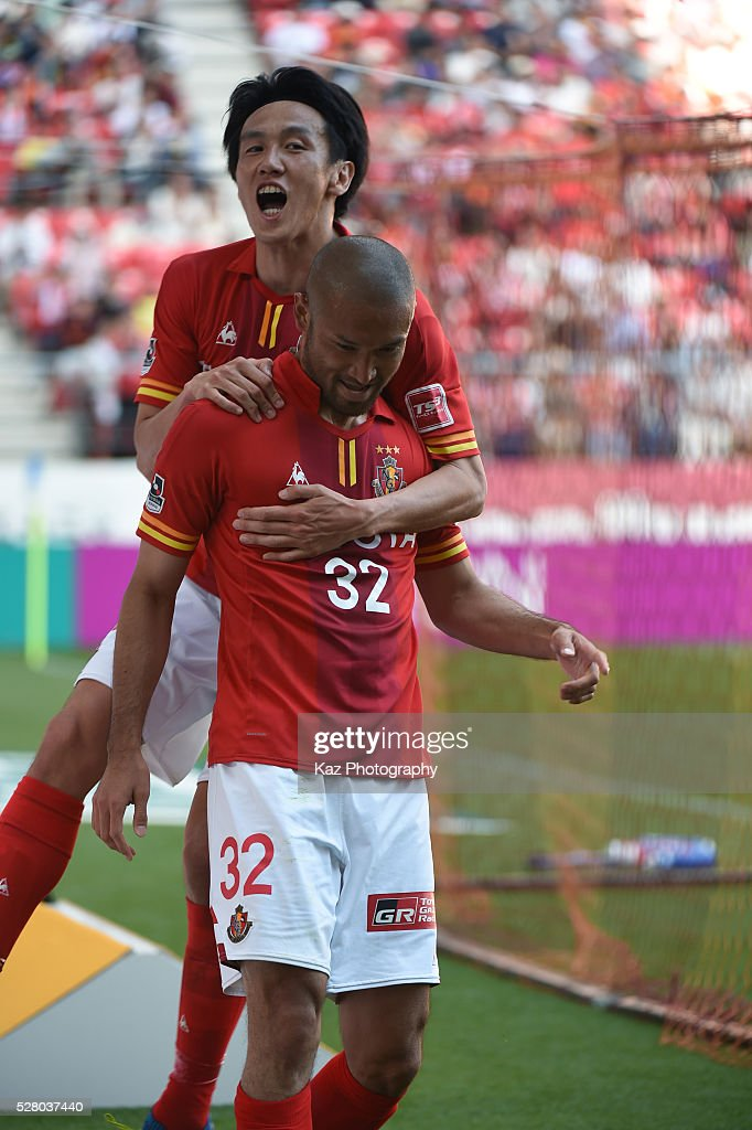 Kengo Kawamata of Nagoya Grampus celebrates the 3rd goal with Kisho Yano of Nagoya Grampus during the J.League match between Nagoya Grampus and Yokohama F.Marinos at the Toyota Stadium on May 4, 2016 in Toyota, Aichi, Japan.