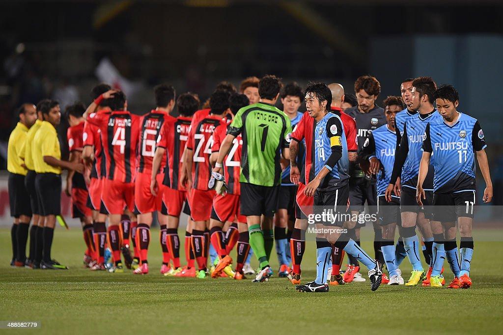 Kengo Nakamura and players of Kawasaki Frontale react after losing the AFC Champions League Round of 16 match between Kawasaki Frontale and FC Seoul at Todoroki Stadium on May 7, 2014 in Kawasaki, Kanagawa, Japan.
