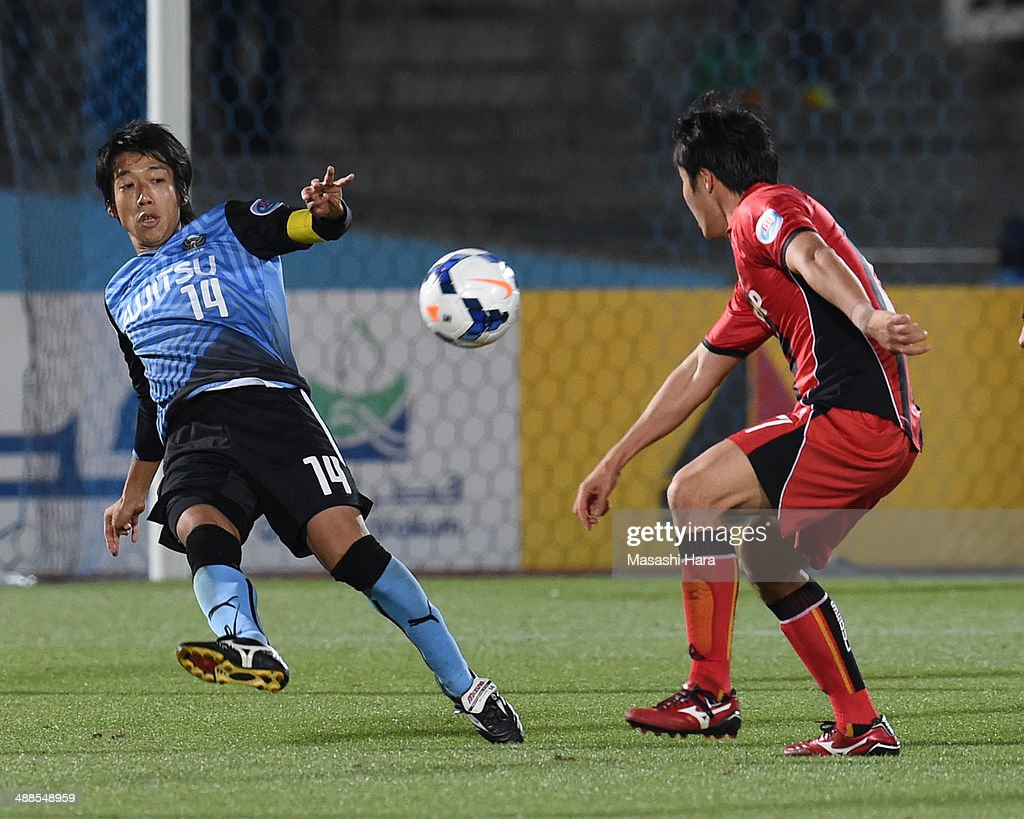 Kengo Nakamura #14 of Kawasaki Frontale in action during the AFC Champions League Round of 16 match between Kawasaki Frontale and FC Seoul at Todoroki Stadium on May 7, 2014 in Kawasaki, Japan.