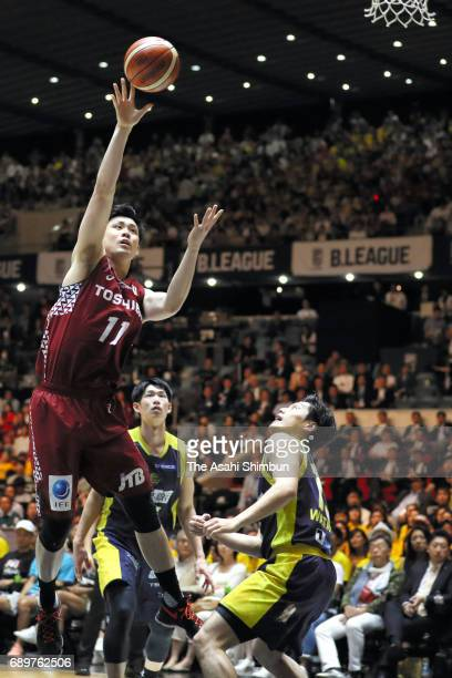 Kengo Nomoto of Kawasaki Brave Thunders lays up during the B League Championship final match between Kawasaki Brave Thunders and Tochigi Brex at...