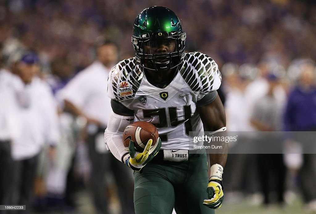 Kenjon Barner #24 of the Oregon Ducks runs in a 24 yard pass reception for a second quarter touchdown against the Kansas State Wildcats during the Tostitos Fiesta Bowl at University of Phoenix Stadium on January 3, 2013 in Glendale, Arizona.