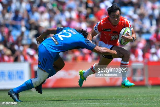Kenki Fukuoka of Sunwolves runs with the ball during the Super Rugby match between the Sunwolves and the Blues at Prince Chichibu Stadium on July 15...