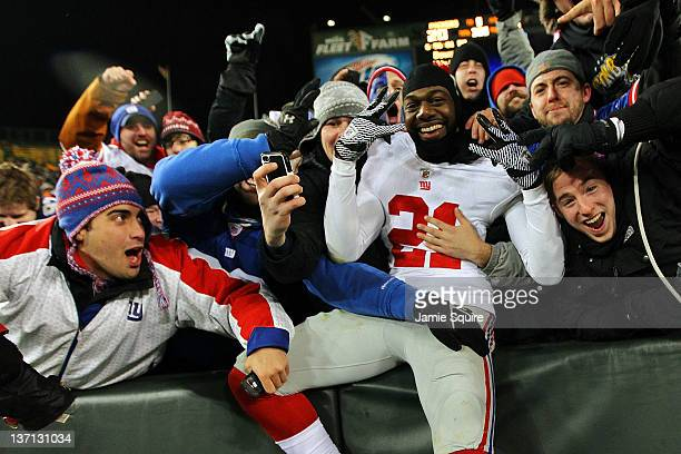 Kenny Phillips of the New York Giants celebrates with the fans after defeating the Green Bay Packers during their NFC Divisional playoff game at...