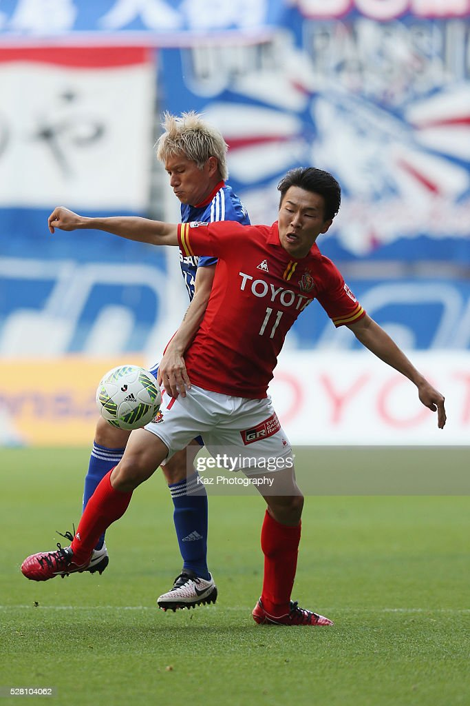 <a gi-track='captionPersonalityLinkClicked' href=/galleries/search?phrase=Kensuke+Nagai&family=editorial&specificpeople=6548859 ng-click='$event.stopPropagation()'>Kensuke Nagai</a> of Nagoya Grampus and <a gi-track='captionPersonalityLinkClicked' href=/galleries/search?phrase=Yuzo+Kobayashi&family=editorial&specificpeople=2342516 ng-click='$event.stopPropagation()'>Yuzo Kobayashi</a> of Yokohama F.Marinos compete for the ball during the J.League match between Nagoya Grampus and Yokohama F.Marinos at the Toyota Stadium on May 4, 2016 in Toyota, Aichi, Japan.
