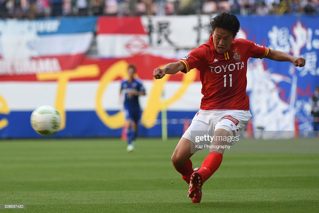 Kensuke Nagai of Nagoya Grampus send the cross, which assists 3rd goal during the J.League match between Nagoya Grampus and Yokohama F.Marinos at the Toyota Stadium on May 4, 2016 in Toyota, Aichi, Japan.