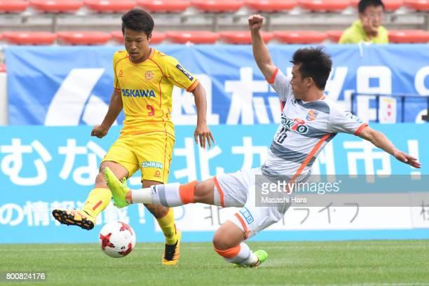 Kenta Fukumori of Giravanz Kitakyushu and Genichi Endo of AC Nagano Parceiro compete for the ball during the JLeague J3 match between Giravanz...