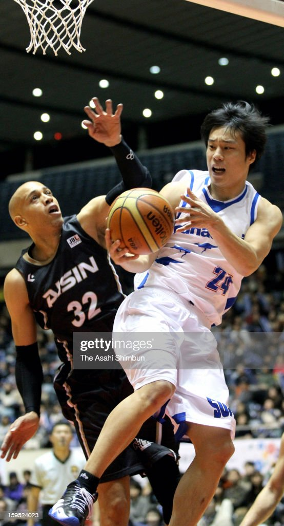 Kenta Hirose (R) of Panasonic Trians passes during the 88th Emperor's Cup All Japan Men's Basketball Championship between Panasonic Trians and Aisin Seahorses at Yoyogi national Gymnasium on January 14, 2013 in Tokyo, Japan.