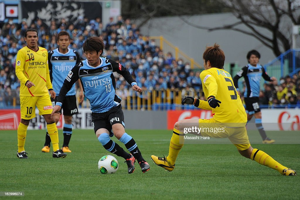 Kentaro Moriya #19 of Kawasaki Frontale in action during the J.League match between Kashiwa Reysol and Kawasaki Frontale at Hitachi Kashiwa Soccer Stadium on March 3, 2013 in Kashiwa, Japan.