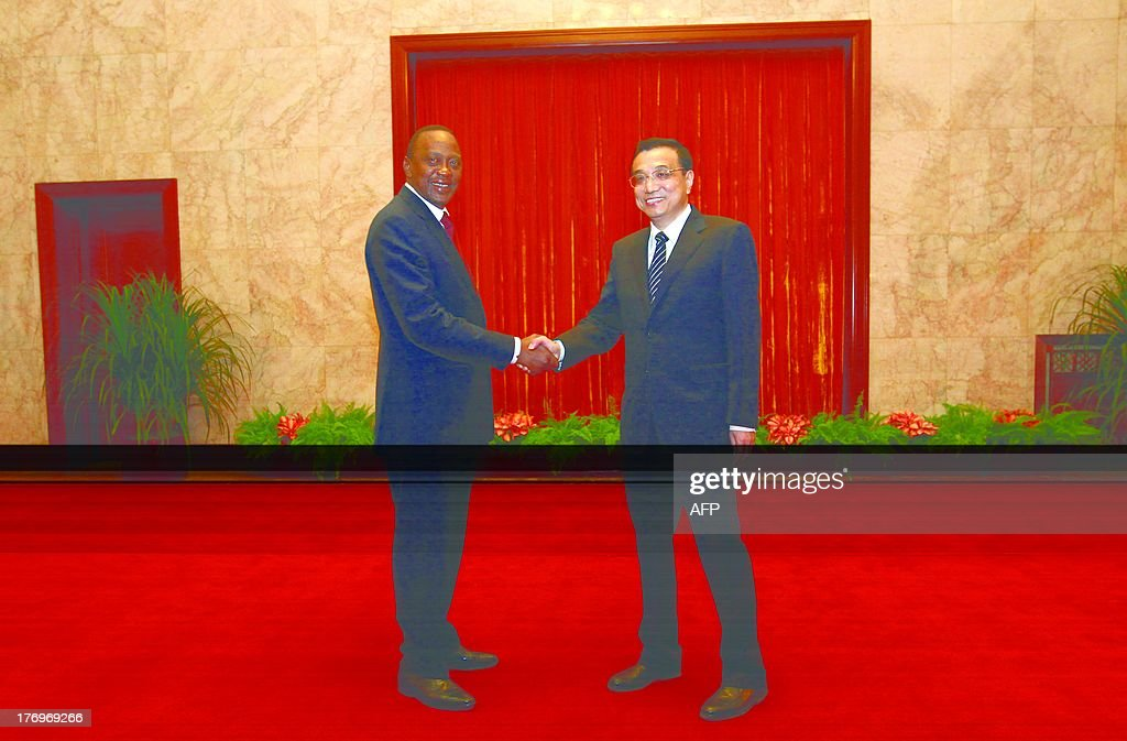 Kenyan President Uhuru Kenyatta (L) shakes hands with Chinese Premier Li Keqiang during their meeting at the Great Hall of the People in Beijing on August 20, 2013.