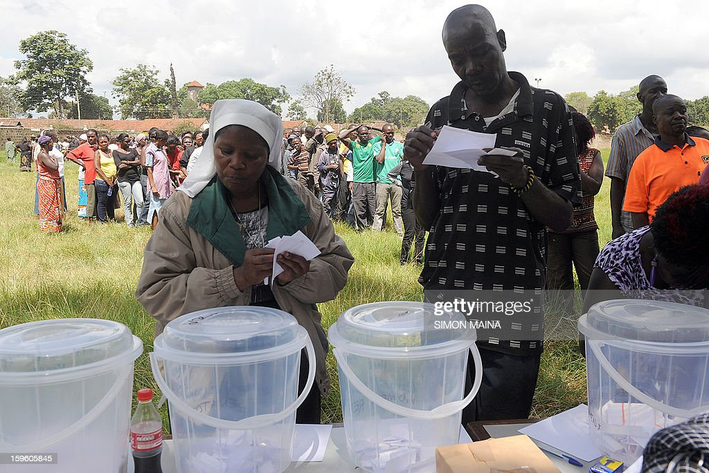 Kenyan voters qeue to cast their ballot in Nairobi during the parties primary nominations on January 17, 2013, ahead of this year general election to be held in March. The March 2013 elections are the first since the bloody 2007-08 polls that left at least 1,100 killed and 600,000 more displaced after what began as protests over the election results degenerated into vicious killings pitting supporters of Prime Minister Raila Odinga against those of the outgoing president Mwai Kibaki. AFP PHOTO / SIMON MAINA