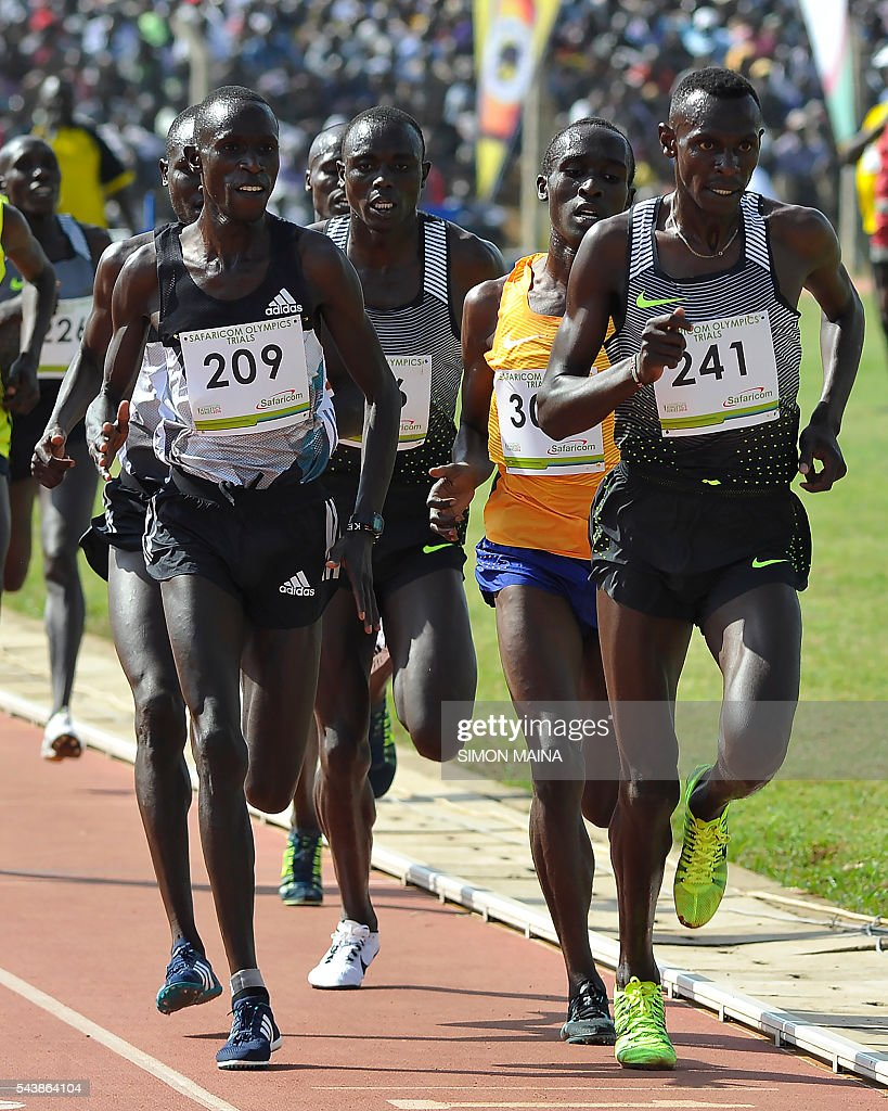 Kenya's Caleb Mwangangi Ndiku (R) competes in the 5,000 meters men final on June 30, 2016 during the trials for Rio Olympics games in Eldoret. / AFP / SIMON